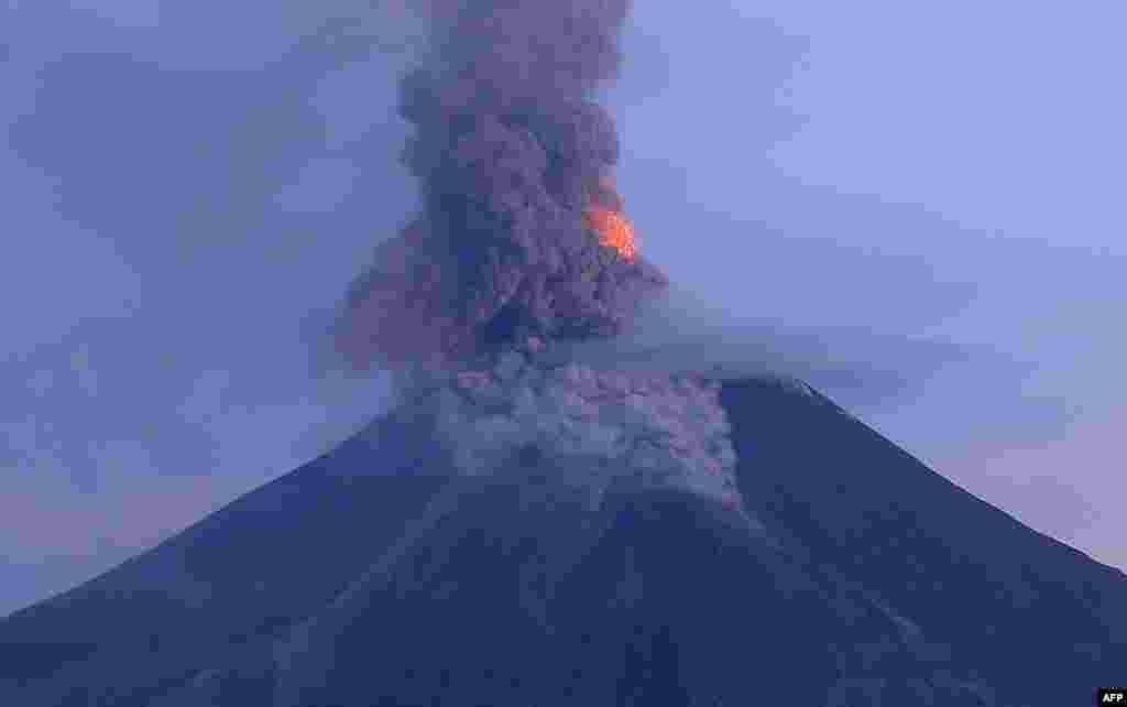نمایی از فوران کوه آتشفشان در مانیل فیلیپین