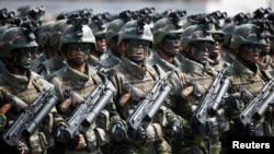 Pasukan khusus Korea Utara berbaris dan meneriakkan slogan-slogan sepanjang parade militeryang menandai ulang tahun ke-105 pendiri negara tersebut, Kim Il Sung di Pyongyang, Korea Utara, 15 April 2017. Korea Utara mengatakan sanksi terbaru Amerika terhadapnya merupakan 'tindakan perang.' (Foto: ilustrasi)
