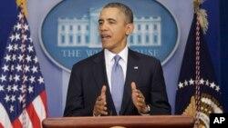 Presiden Barack di Gedung Putih mengumumkan sanksi-sanksi atas sejumlah pejabat Ukraina dan Rusia hari Senin (17/3).