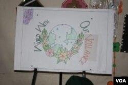 """Gambar bola dunia yang dibuat Shama dan teman-teman sekelasnya bertuliskan """"Dunia Tanpa Kekerasan."""""""