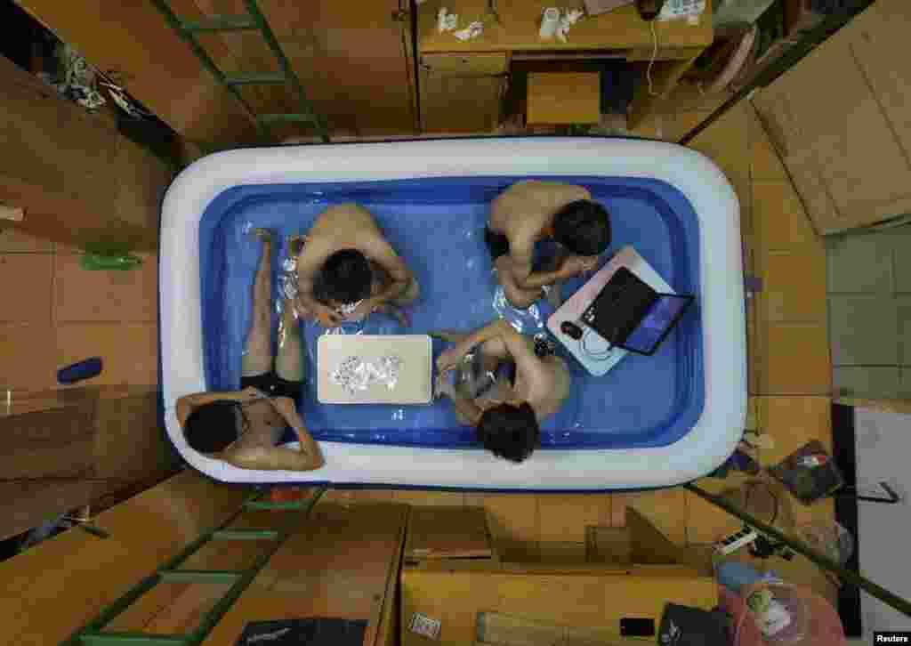 중국 후베이성 우한의 대학기숙사 학생들이 물속에서 더위를 식히고 있다.