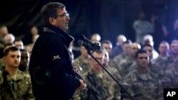 Bộ trưởng Quốc phòng Ashton Carter gặp gỡ các binh sĩ Mỹ tại Afghanistan, ngày 22/2/2015.