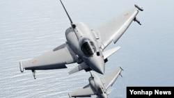 한국 정부의 차기 전투기 사업에 참가한 유로파이터(EADS) 비행 모습. (자료사진)