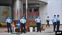 香港警察在北京驻港国安公署外站岗。(2020年7月9日)