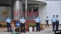 香港警察在北京駐港國安公署外站崗。 (2020年7月9日)