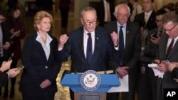 El líder de la minoría del Senado, Charles Schyumer, habla acompañado de los senadores Debbie Stabenow y Bernie Sanders durante una conferencia de prensa en el Capitolio.