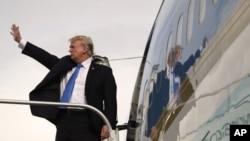 美国总统川普星期二在马尼拉结束亚洲之行。他在进入空军一号前挥手道别。(2017年11月14日)