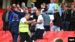 طرفداران پیش از بازی منچستر یونایتد ورزشگاه را ترک می کنند.