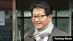 박근혜 정부의 초대 통일부 장관으로 내정된 류길재 북한대학원대학교 교수가 17일 서울 종로구 북촌로에 위치한 북한대학교대학원을 나서고 있다.