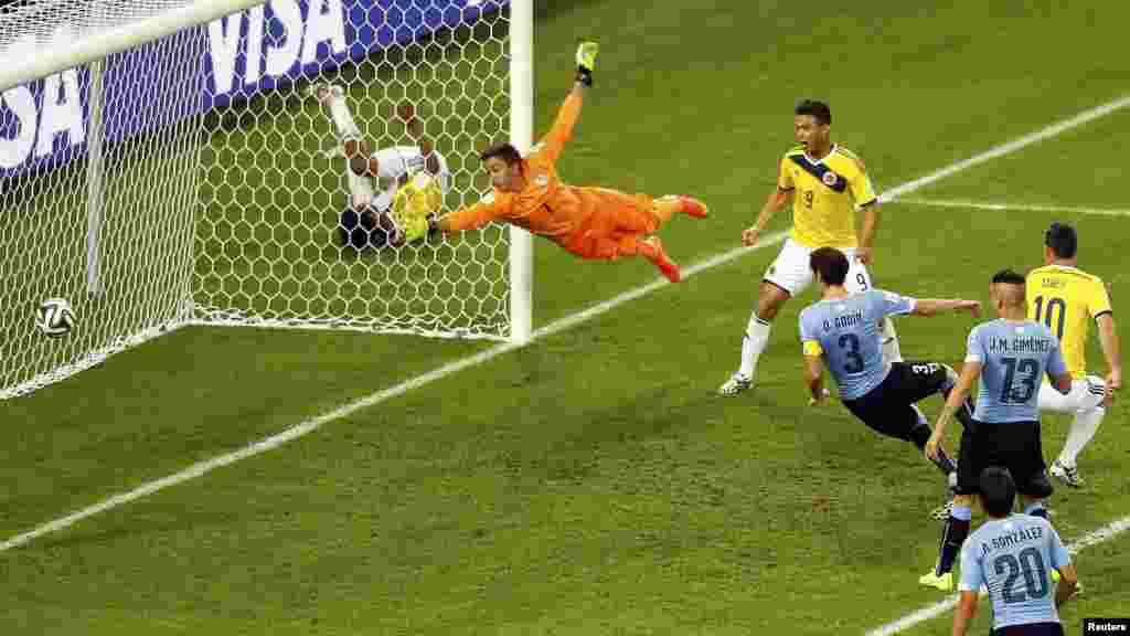 Uruguay's goalkeeper Fernando Muslera can't reach Colombia's James Rodriguez's shot, his second goal, during their 2014 World Cup round of 16 game at the Maracana stadium in Rio de Janeiro, June 28, 2014.