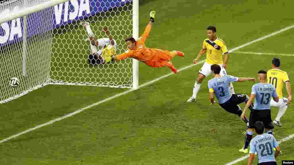 28일 브라질 리우데자네이루에서 열린 월드컵 16강전 콜롬비아와 우루과이의 경기에서 콜롬비아의 로드리게스가 두 번째 골을 성공시키고 있다.