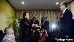 임성남 외교부 제1차관이 29일 서울 마포구 연남동 정대협 쉼터를 방문, 일본군 위안부 문제 협상 결과 설명을 하기에 앞서 위안부 피해자 이용수 할머니의 항의를 받고 있다.
