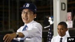 """Južnokorejski predsednik Li Mjung Bak i predsednik Obama tokom posete fabrici """"Dženeral motorsa"""" u Orajonu u Mičigenu, 14. oktobar 2011."""