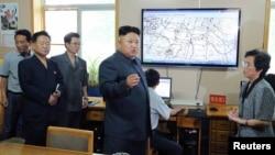 Pemimpin Korea Utara Kim Jong Un saat memberikan pengarahan di Lembaga Hydro Meteorologi Korea Utara (Foto: dok).