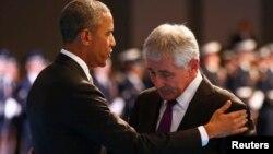 Barack Obama abraza a Chuck Hagel en el evento para agradecer por su gestión como secretario de Defensa.