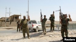 Lực lượng an ninh Iraq và tình nguyện viên người Shia ăn mừng sau khi phá vỡ cuộc vây hãm thị trấn Amerli của các chiến binh thuộc tổ chức Nhà nước Hồi giáo, ngày 31/8/2014.