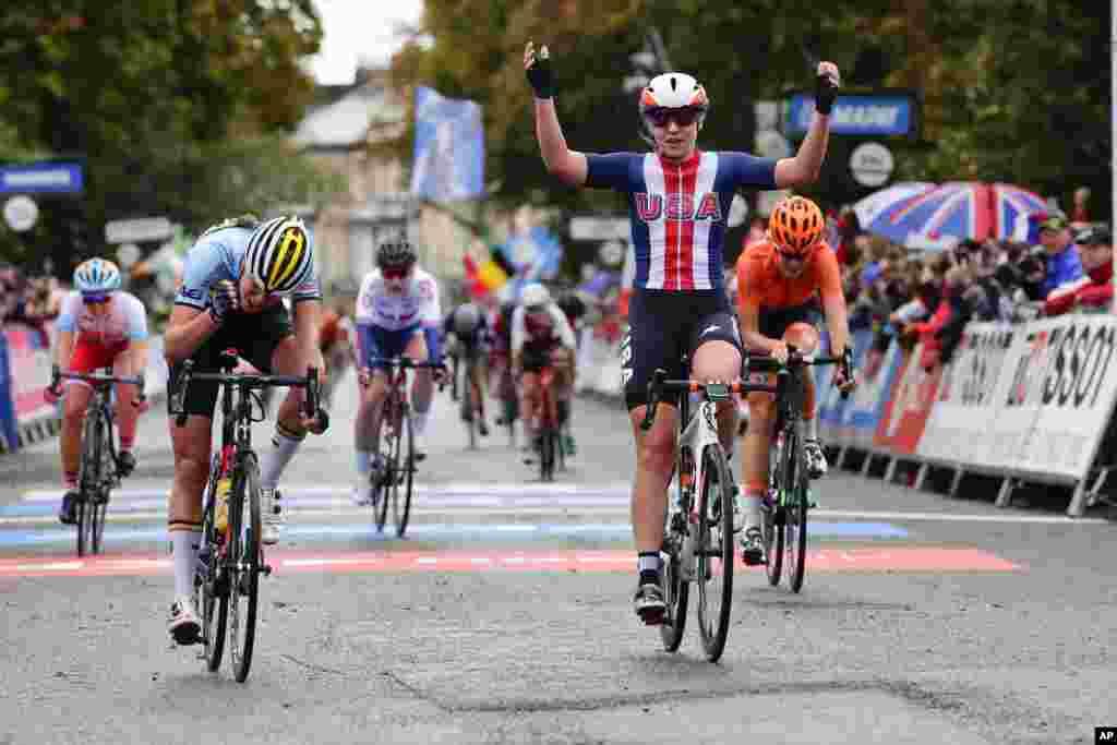در ادامه مسابقات قهرمانی دوچرخه سواری در انگلیس، مگان جاستراب پیروزی خود را در یکی از رشته ها جشن می گیرد.