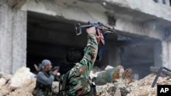 叙利亚士兵在阿勒颇与反政府武装发生战斗(资料图)