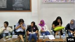 Dalam jumpa pers di Jakarta, Kamis (2/3), lembaga perempuan, hak asasi manusia dan lingkungan menyatakan akan melakukan aksi Women's March atau Parade Perempuan Bersatu pada 4 Maret di Depan istana Negara Jakarta. (VOA/Fathiyah)