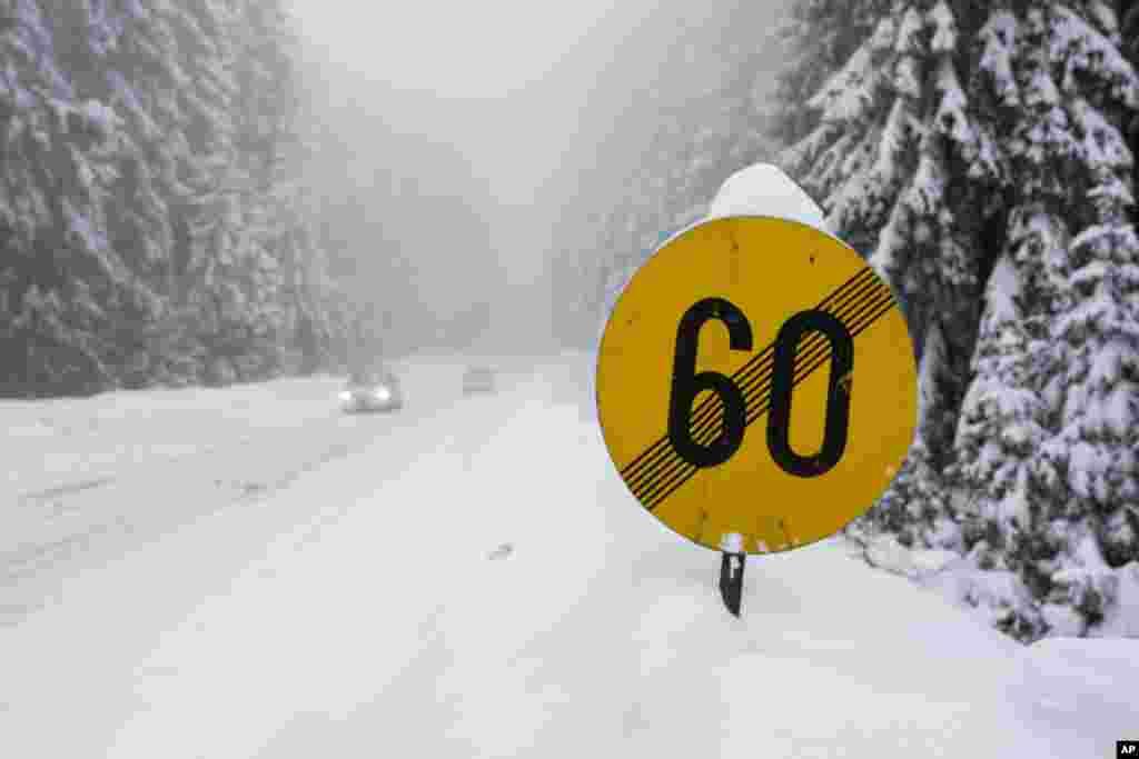 جاده سراسر پوشيده از برف در کوهای شرق سارايوو. بارش برف سنگين در اين منطقه باعث قطع برق و خلل در اياب و ذهاب مردم در بوسنی و هرزهگوين شده است.