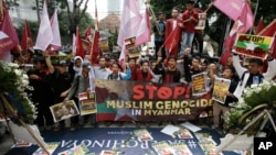 24일 인도네시아 자카르타 주재 미얀마 대사관 앞에서 이슬람계 학생들이 로힝야족 탄압에 항의하는 시위를 벌이고 있다.
