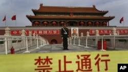 一名武警站在北京天安门前(2012年11月7日)