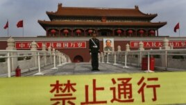 A Chinese paramilitary policeman stands guard in front of  Tiananmen gate in Beijing, China, November 7, 2012.