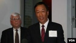 CEO Foxconn, Terry Gou (kanan) mengumumkan rencana membangun pabrik bernilai 10 milyar dollar di negara bagian Wisconsin, AS (foto: dok).