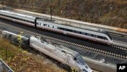 사고현장 주변 선로에 치워져 있는 고속열차 잔해 (자료사진)