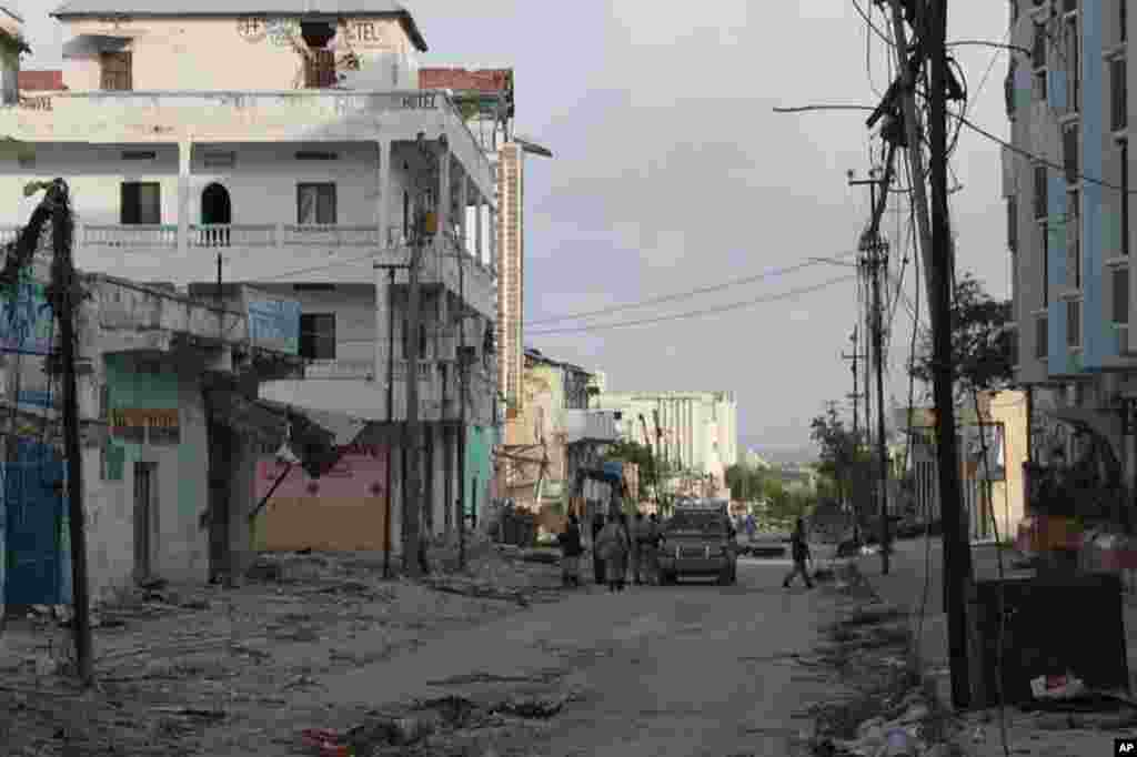 Bakaramarket lies in ruins, overlooking the ocean in Mogadishu (VOA - P. Heinlein)