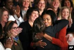 MIchelle Obama abraza a la Consejera Escolar de 2017, Terri Tchorzynski.