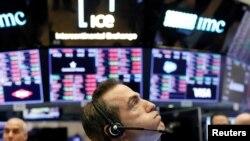 Un trader sur le parquet de la Bourse de New York peu avant la cloche de clôture, alors que le marché prend une forte baisse à New York, aux États-Unis, le 25 février 2020. (REUTERS/Lucas Jackson)