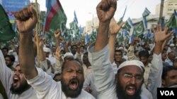 Militan Pakistan memrotes serangan misil oleh pesawat tak berawak Amerika (foto: dok).