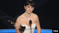Penelope Cruz saat menerima Piala Oscar pada 2009. (Foto: VOA)