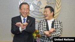 Ca sĩ Psy hướng dẫn Tổng thư ký Ban Ki-moon nhảy điệu 'Gangnam Style' tại trụ sở Liên Hiệp Quốc ở New York, ngày 23/10/2012