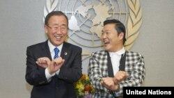 "Sekretaris Jenderal PBB Ban Ki-moon (kiri) diajari gaya tarian ""Gangnam Style"" oleh penyanyi Korea Selatan Psy saat bertemu di Markas PBB di New York. (Foto: AP)"
