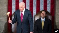 El vicepresidente Joe Biden en el Capitolio, junto al presidente de la Cámara de Representantes, Paul Ryan, declara que el Congreso certifica la victoria presidencial de Donald Trump.