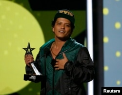 Bruno Mars accepts the award for Best Male R&B/Pop Artist at the 2017 BET Awards show in Los Angeles, California, June 25, 2017.