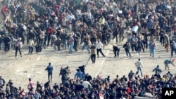 穆巴拉克的支持者與反對者在開羅塔利爾廣場發生衝突