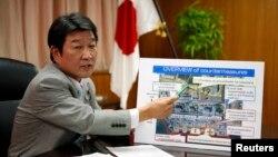 Bộ trưởng Kinh tế, Thương mại, và Công nghiệp Nhật Toshimitsu Motegi đưa ra tổng thể những biện pháp đối phó được công ty TEPCO lập kế hoạch để kiểm soát tình hình nhà máy Fukushima, 4/9/2013. (Reuters)