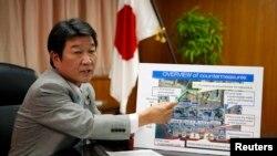 Menteri Perdagangan dan Ekonomi Jepang, Toshimitsu Motegi, menunjuk bagan pembangkit nuklir Fukushima Daiichi dalam sebuah interview dengan Retrers (4/9).