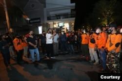 Sri Sultan HB X, Kamis (8/10) malam menemui warga yang sedang membersihkan sisa kerusuhan di Jalan Malioboro. (Foto: Humas Pemda DIY)