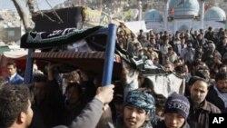 مراسم خاکسپاری کشته شدگان حملۀ انتحاری روز عاشورا در کابل