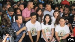 Pihak keluarga Wayan Mirna Salihin memberikan keterangan usai persidangan pembacaan vonis terdakwa Jessica Kumala Wongso di PN Jakpus, Kamis 27 Oktober 2016 (VOA/Andylala).