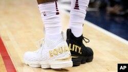 LeBron James porte une paire de chaussures avec le mot égalité brodé à l'arrière.