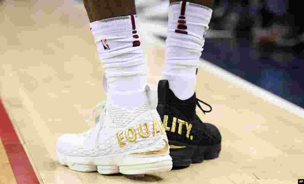 លោក LeBron James នៃក្រុម Cleveland Cavaliers ពាក់ស្បែកជើងពណ៌ស និងខ្មៅ ដែលមានសរសេរពាក្យថា «សមភាព»។