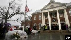 Thống đốc bang Connecticut Dan Malloy, cùng với các giới chức và dân chúng dành 1 phút mặc niệm cho nạn nhân vụ thảm sát ở Newtown, Connecticut tại Tòa thị chính, 21/12/12