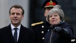 نخست وزیر بریتانیا (سمت راست) در کنار رئیس جمهوری فرانسه.