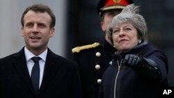 Perdana Menteri Inggris Theresa May (kanan) menyambut Presiden Perancis Emmanuel Macron sebelum pembicaraan bilateral di Sandhurst, Inggris, Kamis (18/1).