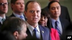 """El representante Adam Schiff dijo en una carta al presidente del comité, Devin Nunes, que los demócratas descubrieron el miércoles por la noche que el memorando había sufrido """"cambios materiales""""."""